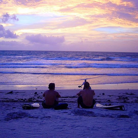 bali_sunset_surfers